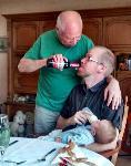 Papa allaite son enfant
