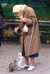 Une grand-mère nourrit originalement un écureuil