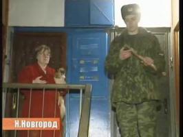Un militaire russe essaye de sauver un chat...