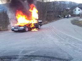 Des pompiers éteignent une voiture en feu Fail