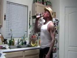Un homme cache sa bouteille de bière dans un sac en papier