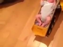 Quand papa est seul avec bébé à la maison