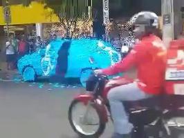 Une voiture recouverte de post-its sur une place pour handicapé