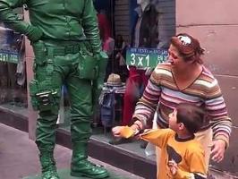 Un artiste de rue en soldat de Toy Story